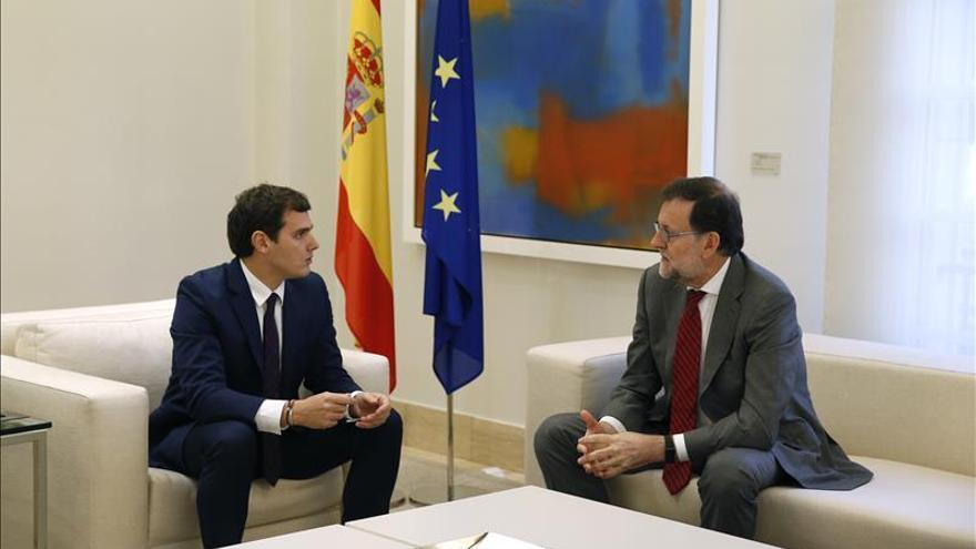 Rajoy traslada a Iglesias y Rivera que el mandato del 20D es que gobierne él