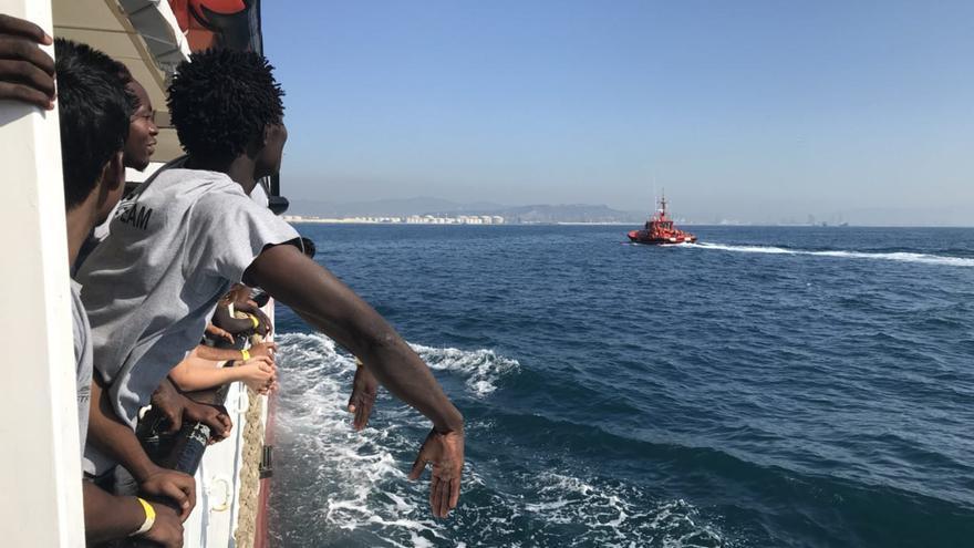 Los migrantes rescatados por el Open Arms llegando a Barcelona.