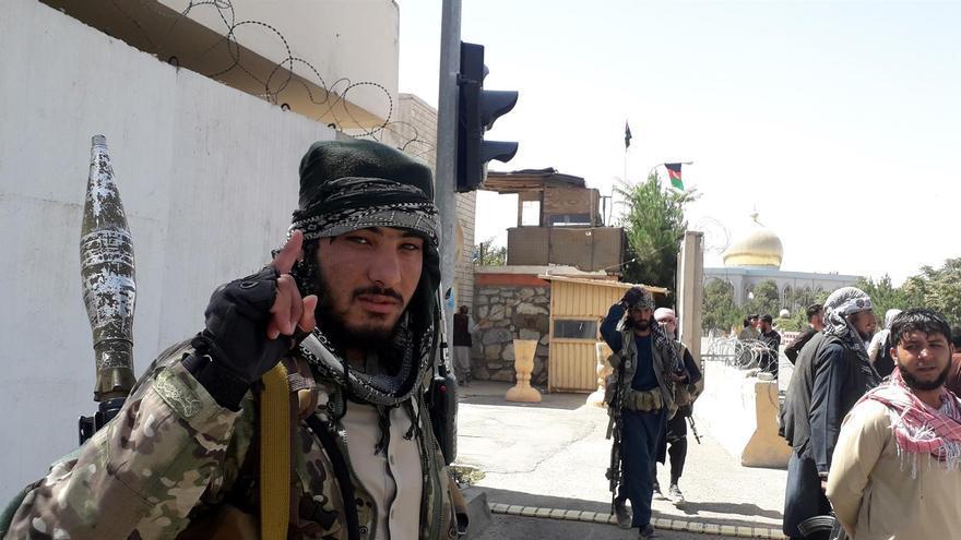 Combatientes talibanes patrullan las calles tras tomar el control de la ciudad de Ghazni
