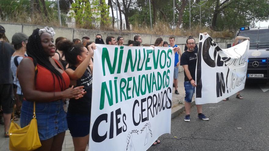 Una protesta en Madrid exige el cierre de los CIEs.