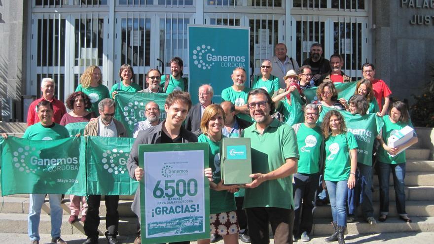 Ganemos Córdoba hace entrega de los avales conseguidos para presentarse a las elecciones municipales.