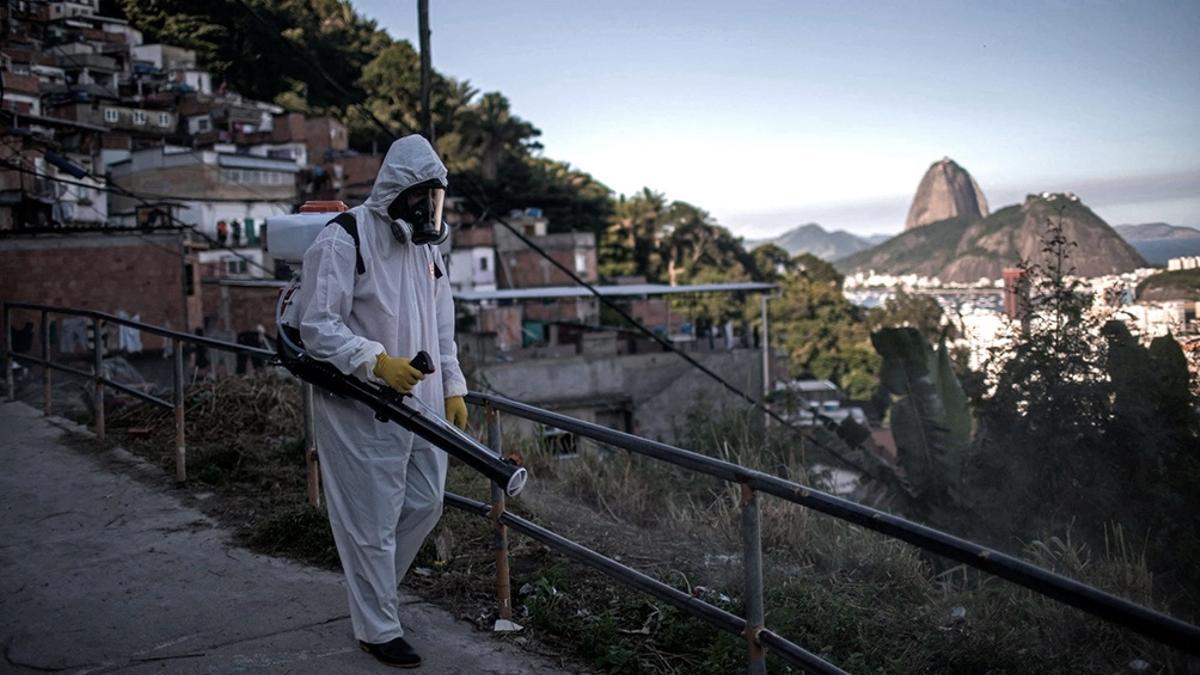 """Con un promedio de 2.000 muertes diarias, Brasil está cada vez más aislado en todo el mundo. Y sin embargo es ahora la sede de la Copa América de fútbol, que sus detractores rebautizaron """"Cepa América""""."""