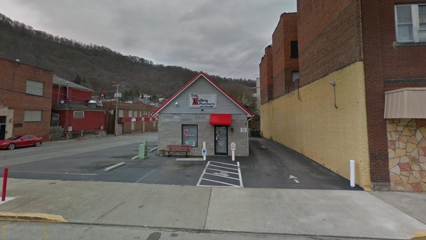 Imagen de Tug Valley Pharmacy, en el condado de Mingo, ha sido una de las farmacias en el foco por la crisis de opioides. Su dueño fue detenido en julio de este año.
