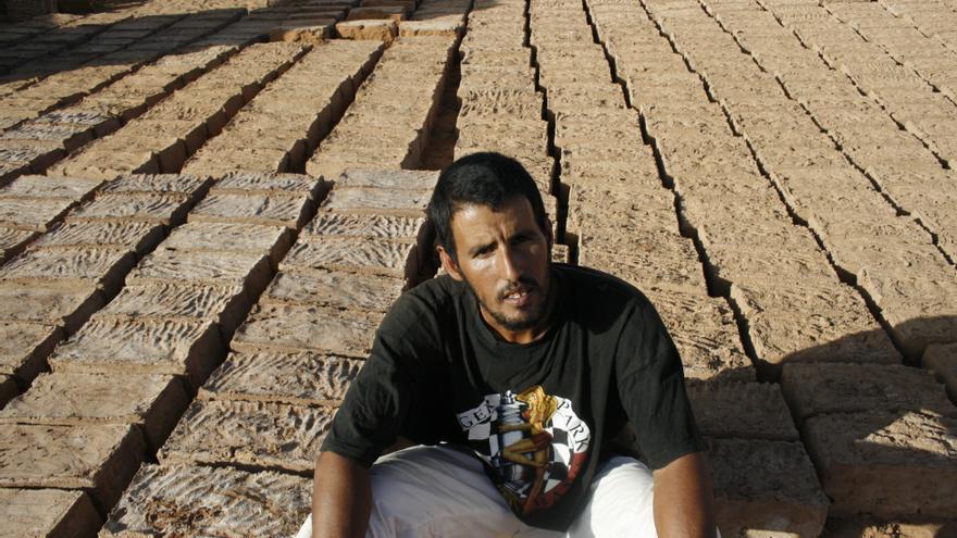 Bulah junto a los ladrillos de adobe elaborados durante una semana de trabajo/ Gabriela Sánchez.