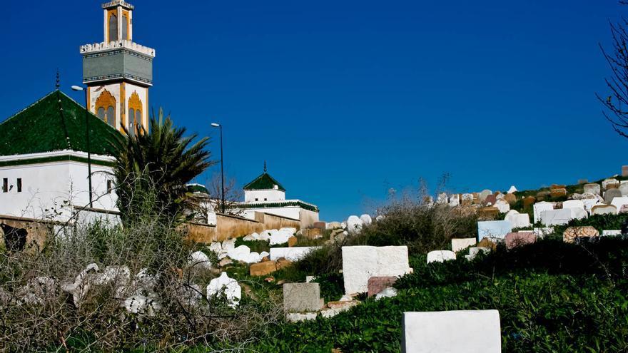 Lápidas en torno a la Koubbat de Sidi Ben Aissa, uno de los mausoleos más visitados de Mequinez. V.A.