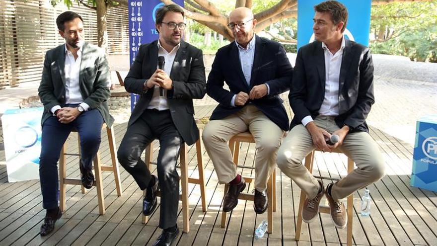 El presidente del PP de Canarias, Asier Antona (2ºi), en la presentación de Lope Afonso (i) y Guillermo Díaz-Guerra (d), como candidatos al Cabildo de Tenerife y a la alcaldía de Santa Cruz de Tenerife