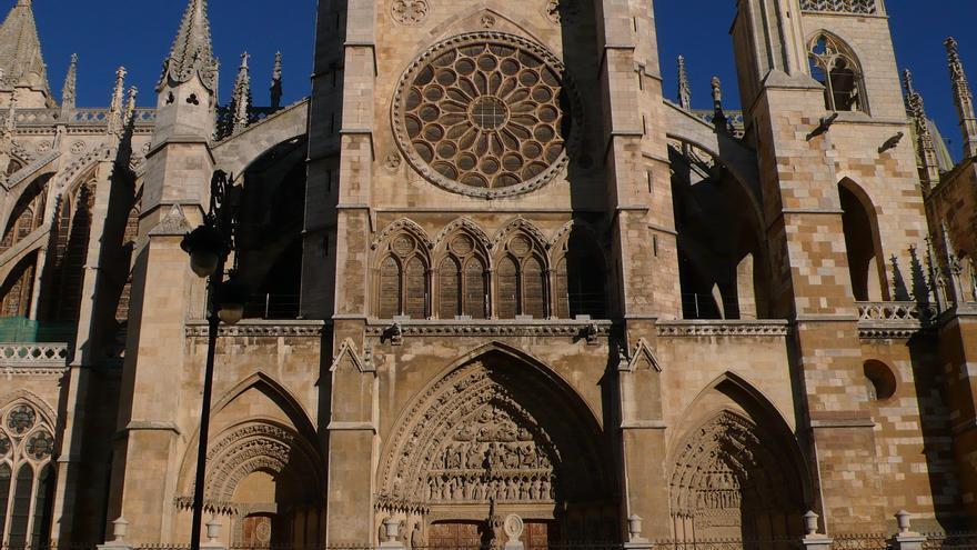 Fachada meridional de la catedral de León | Fuente: Wikimedia Commons