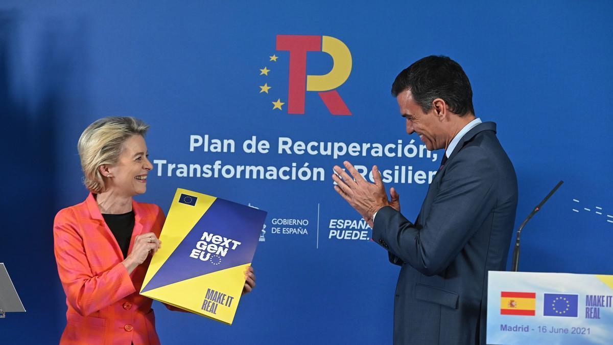 El presidente del Gobierno, Pedro Sánchez, y la presidenta de la Comisión Europea, Ursula von der Leyen, durante su comparecencia conjunta en la sede de Red Eléctrica de España.