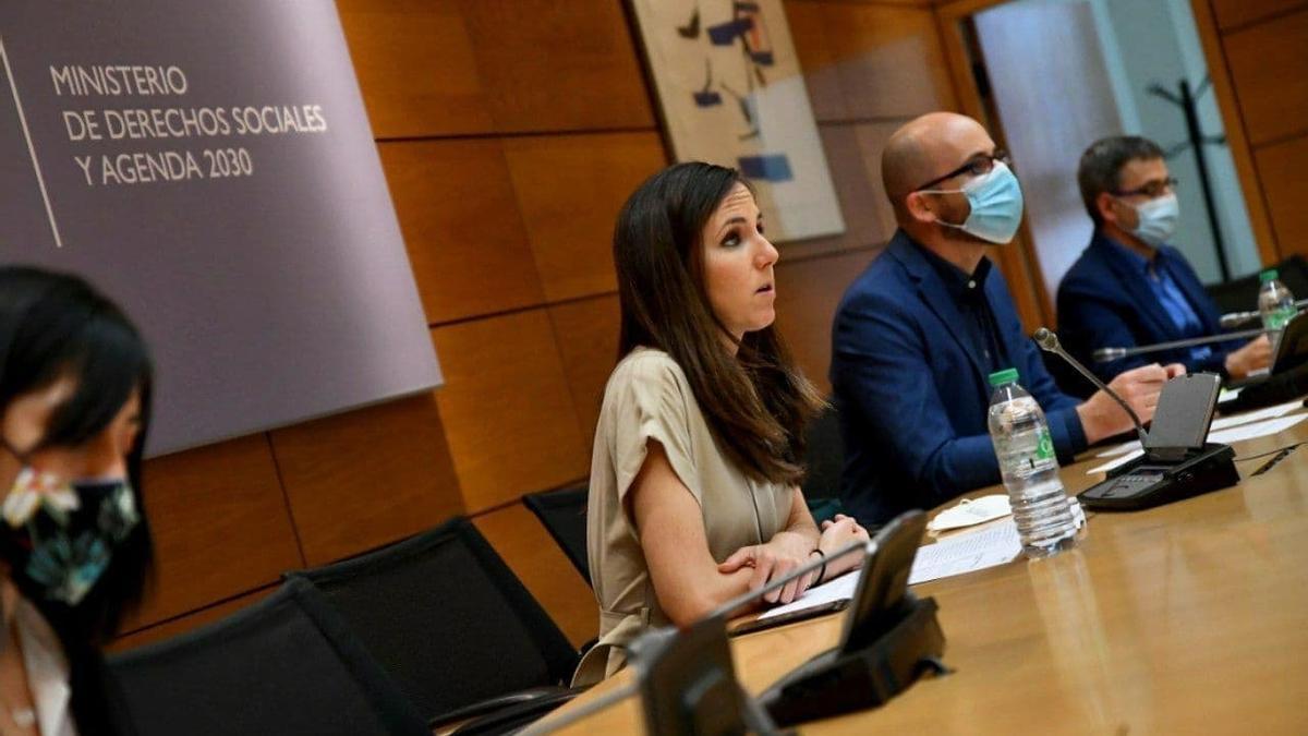 La ministra de Derechos Sociales y Agenda 2030, Ione Belarra, junto al secretario de Estado, Nacho Álvarez, durante la reunión con las comunidades de este miércoles.