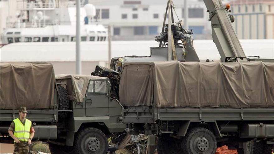 Los restos del helicóptero del SAR llegan a la Base Naval de Las Palmas