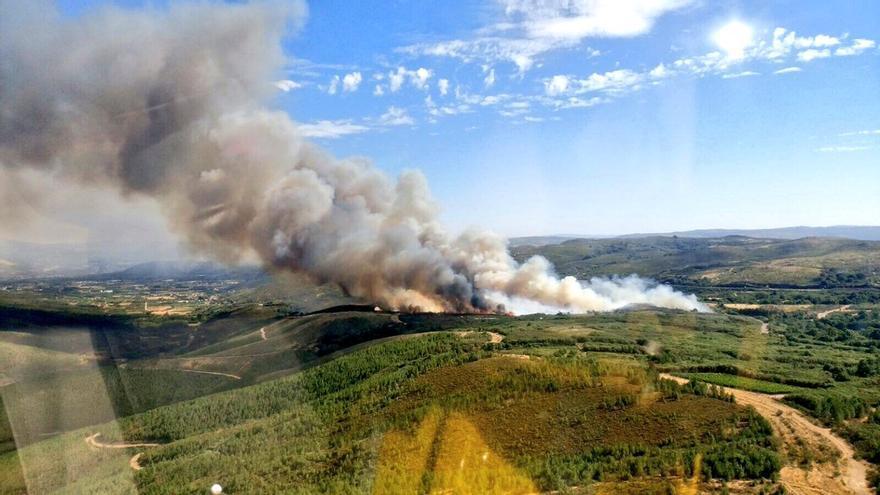 Vista aérea del incendio de Infesta, en Monterrei (Ourense)