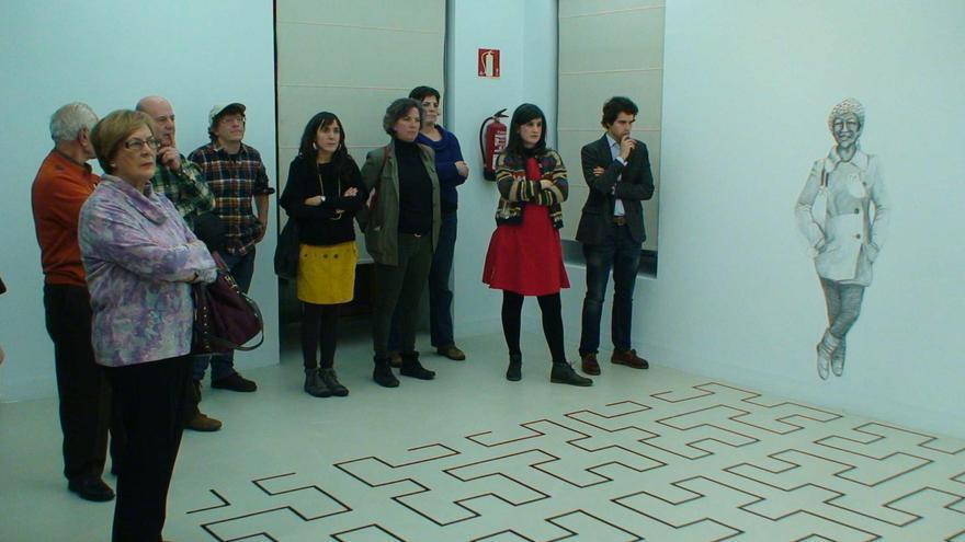 Varios participantes de los talleres en su visita a la exposición en Montehermoso.