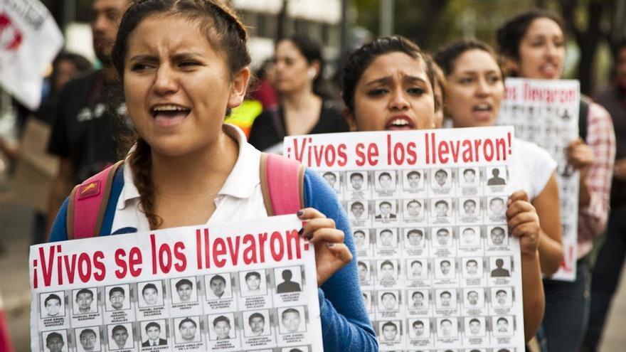 """""""Vivos se los llevaron, vivos los queremos"""": lema de las protestas por Ayotzinapa (fotografía: Isabel Sanginés)"""