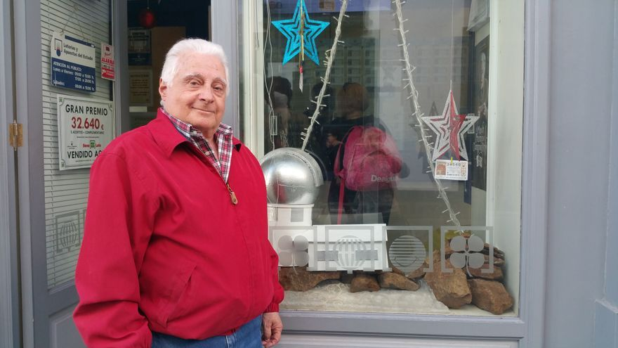 León Cobiella en la puerta de su administración. Foto: LUZ RODRÍGUEZ.