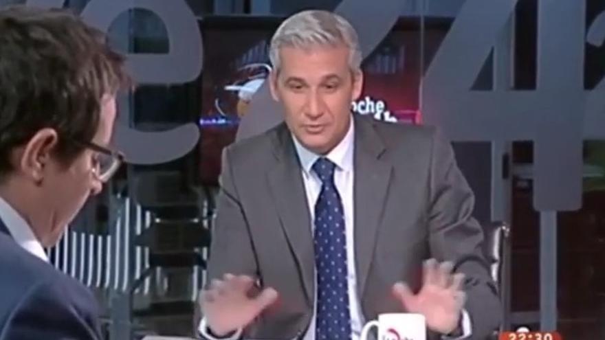 Víctor Arribas, nuevo presentador de 'La noche en 24h', durante una intervención en la tertulia del programa