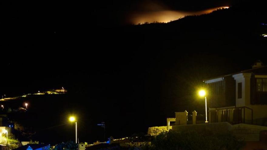 Llamas en los altos de Granadilla, municipio al que afecta el incendio forestal en los montes de Chasna