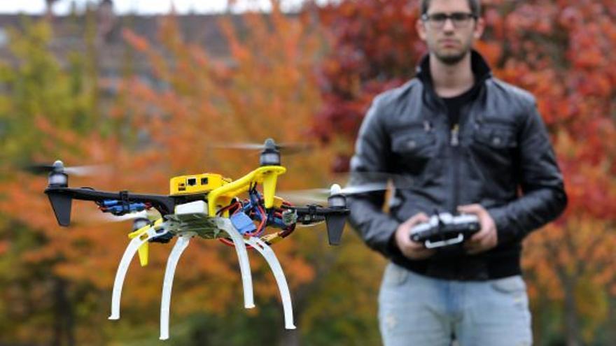 David Mayoral, haciendo volar uno de los drones creados por Erle Robotics