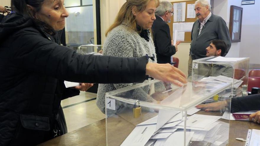 Dos ciudadanas españolas ejerciendo su derecho a voto el 22 de junio en el Consulado de España en Buenos Aires