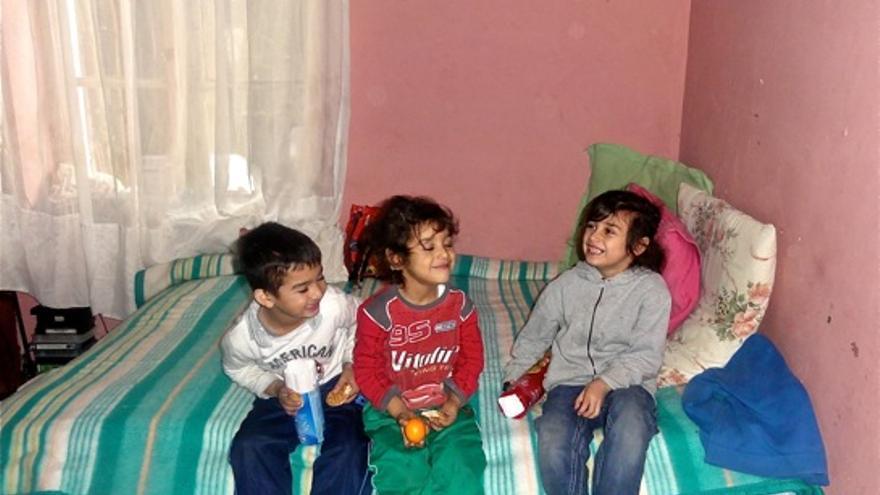 Niños en una de las habitaciones de la casa/Collectif Solidarité Roms de Martigues