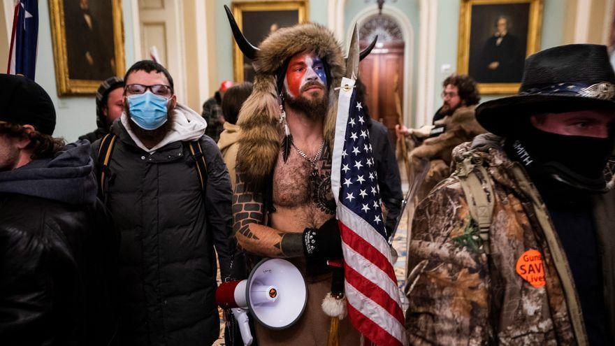 Jake Angeli, el miembro de QAnon disfrazado de bisonte que presidió por unos segundos el Senado de EEUU.