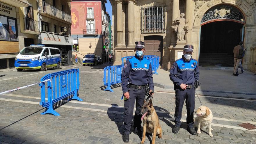 Miembros de la Unidad Canina de la Policía Municipal de Pamplona.