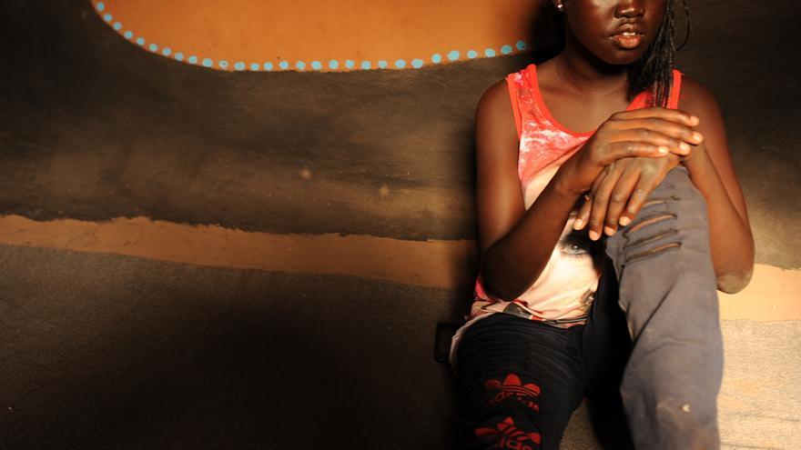 Una de las jóvenes refugiadas en Kakuma, Kenia, recibe apoyo de World Vision para continuar con sus estudios.
