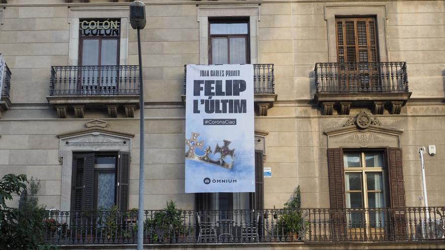 Pancarta de Òmnium contra la visita del Rey a Barcelona