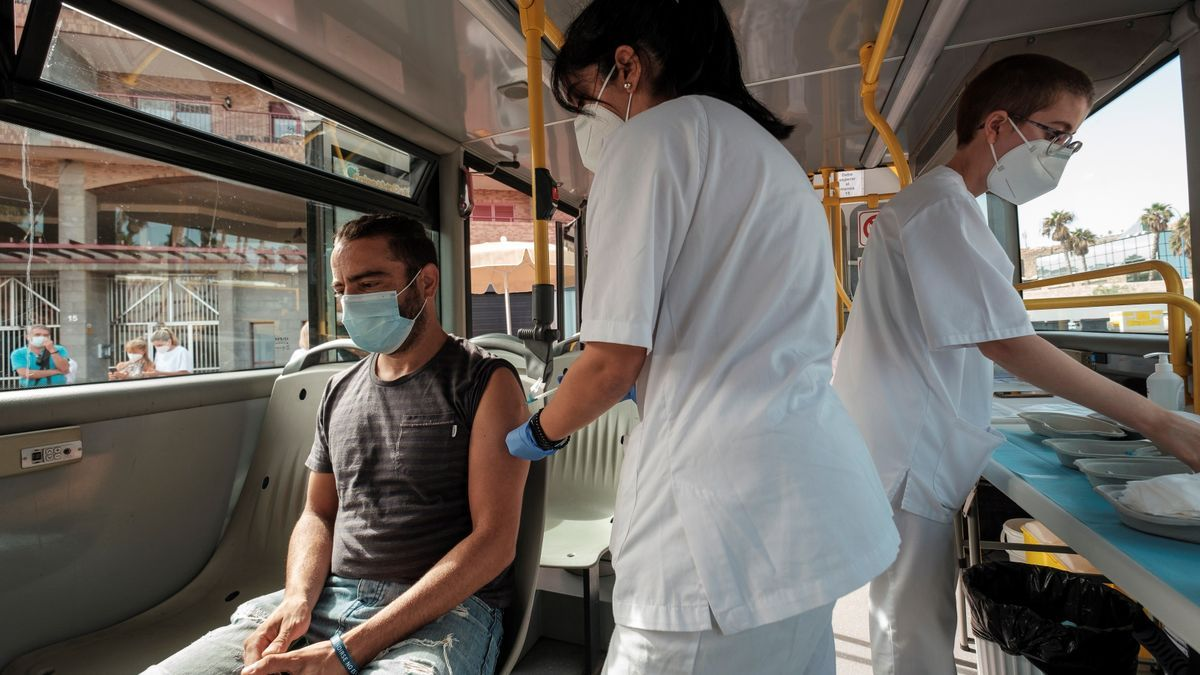 La 'vacuguagua', un punto de vacunación itinerante del servicio canario de Salud