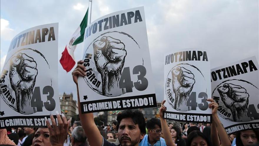 Un grupo de personas, que apoya a los familiares de los normalistas desaparecidos en Iguala, protestan en el Zócalo de Ciudad de México | Efe