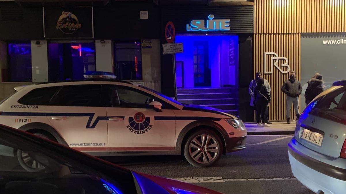 Un patrulla de la Ertzaintza, vigilando una fiesta ilegal en un local nocturno de Vitoria