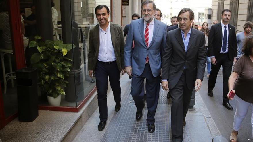 Rajoy comparte almuerzo y sobremesa con sus colaboradores cerca del Congreso
