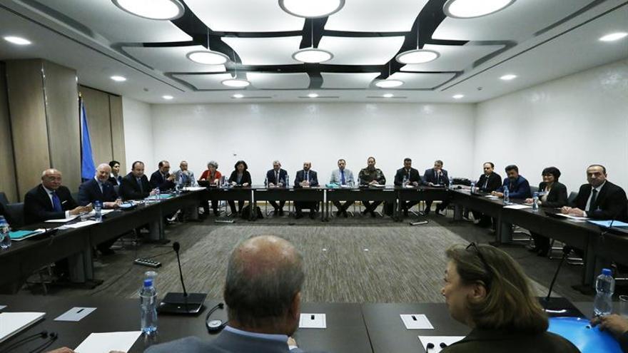 El gobierno sirio dice que acepta discutir todos los temas en las negociaciones de paz