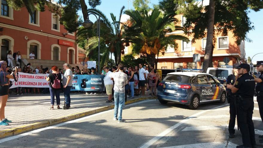 Un momento de la concentración antitaurina en Algemesí