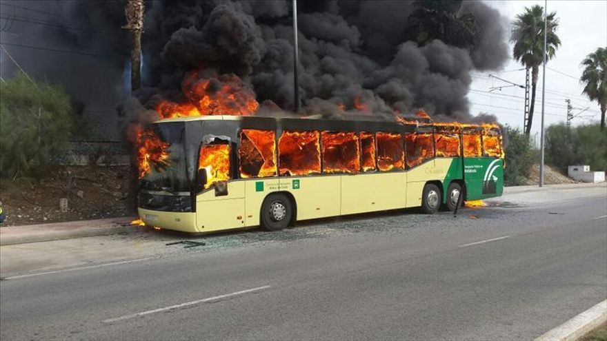 Arde un autobús en El Puerto (Cádiz) con 58 pasajeros, que salen ilesos
