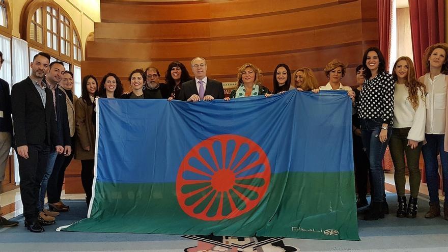 Fakali entrega una bandera gitana al presidente del Parlamento con motivo del 22N