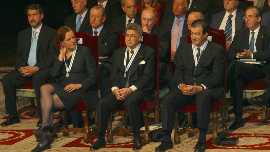 Loyola de Palacio, tras recibir la medalla junto a Álvarez-Cascos en 2003