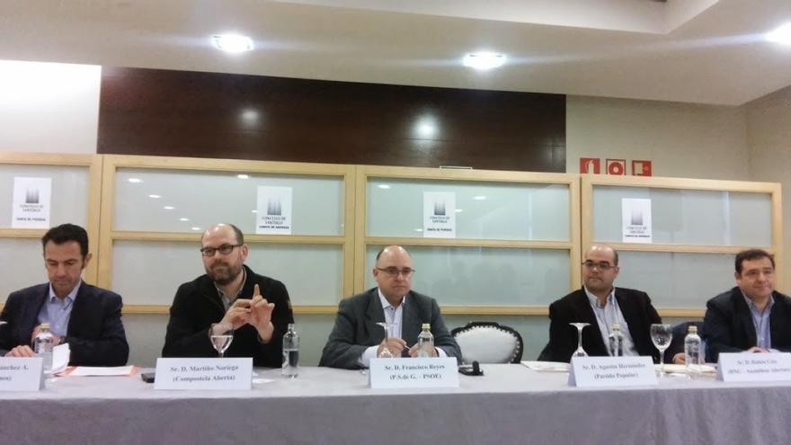 Los candidatos participantes en el debate, junto a la silla vacía del PP / Merixo