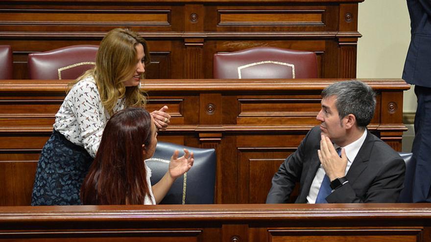 La consejera de Hacienda Rosa Dávila conversa con la vicepresidenta del Gobierno de Canarias, Patricia Hernández, y el presidente del Gobierno, Fernando Clavijo