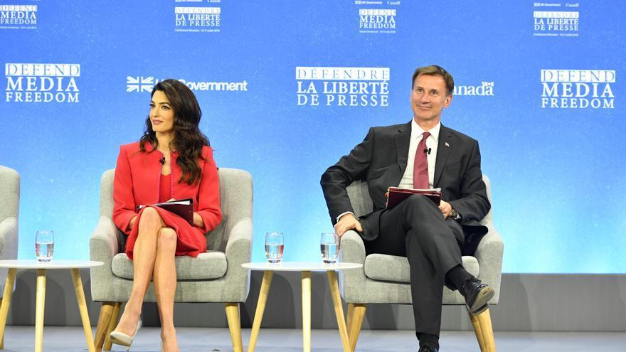 Amal Clooney y el ministro de Exteriores británico, Jeremy Hunt durante la Global Conference for Media Freedom en Londres.