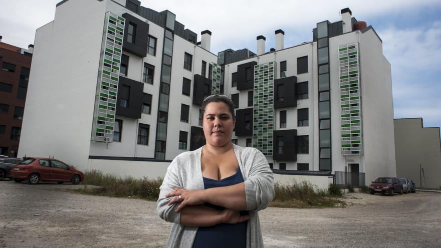 Laura Fernández, antigua inquilina de una VPO en Santander.   JOAQUÍN GÓMEZ SASTRE