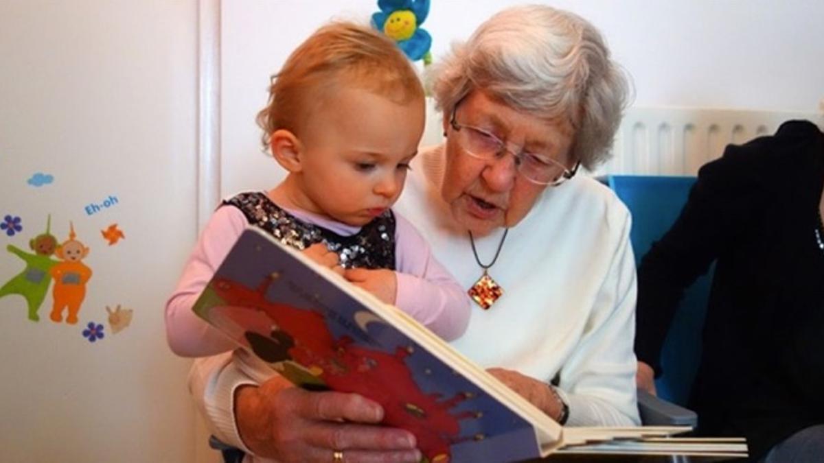 Una abuela lee con su nieta