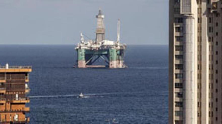 Imagen de una plataforma petrolífera entrando en el Puerto de la Luz. EFE