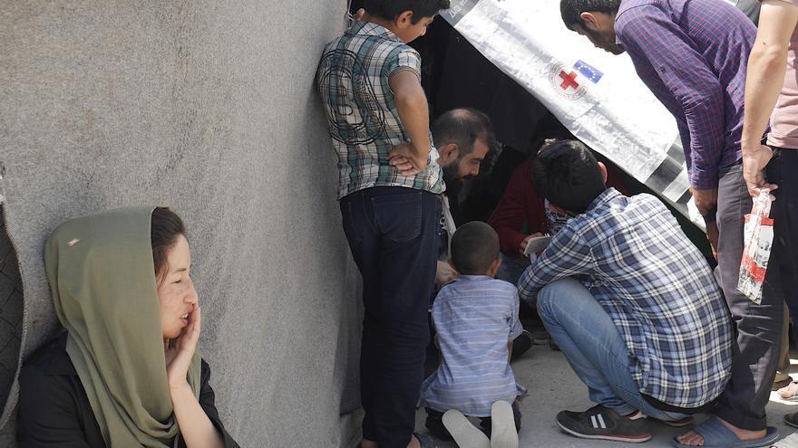C:\fakepath\Mujer afgana y grupo campamento Moria.JPG