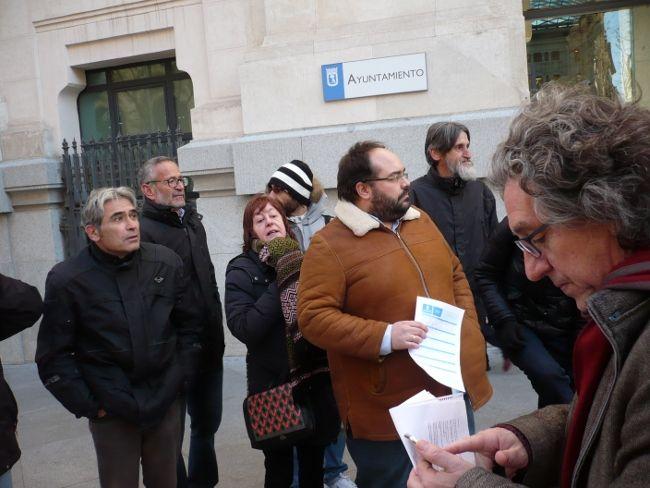 Representantes vecinales presentando la solicitud en el Ayuntamiento
