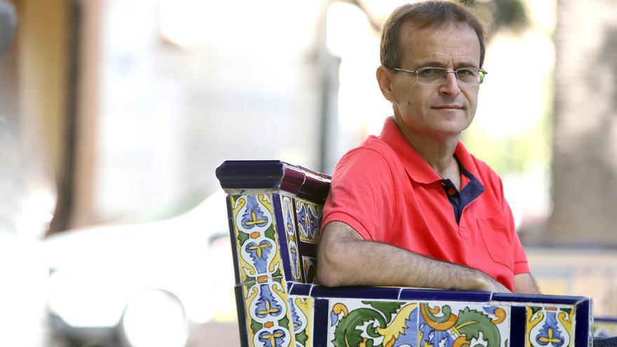 Trujillo, sentado en un banco de la plaza de Los Patos