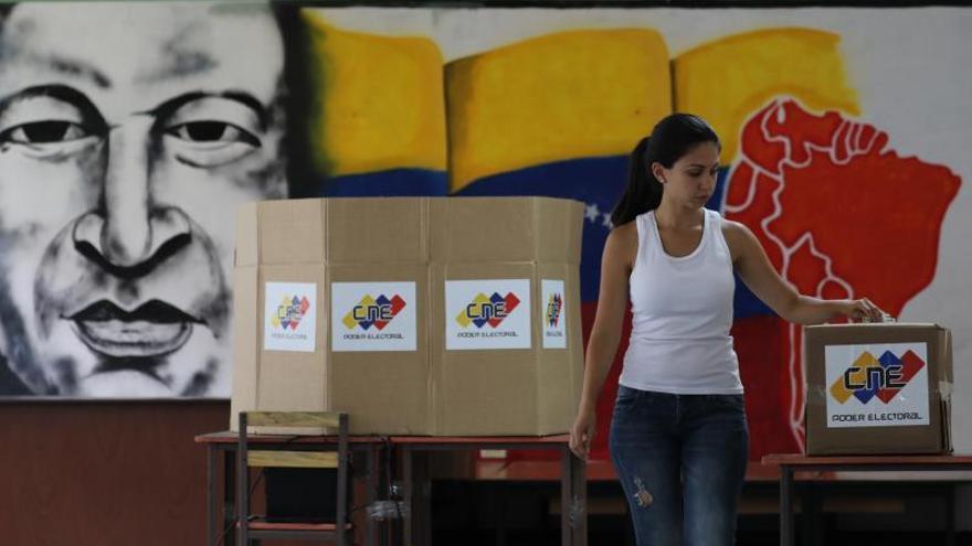 En 2020, por ley, el país debe elegir a nuevos miembros de la Asamblea Nacional (AN, Parlamento) que, al menos numéricamente, la oposición controla por amplio margen desde enero de 2016, sin que esto se haya traducido en un poder real contra el Ejecutivo de Nicolás Maduro que considera a la Cámara en desacato.