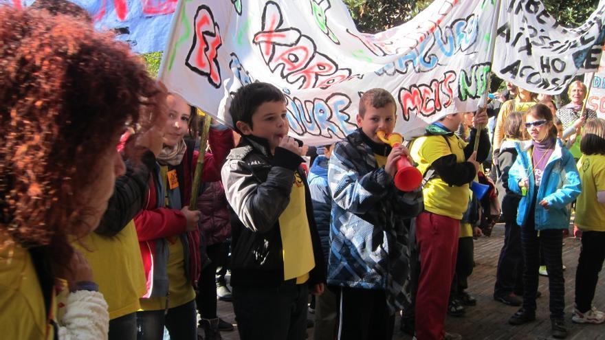 Los alumnos de la escuela Xarau se manifestaron, junto con sus familias y maestros, ante la sede del departamento de Enseñanza de la Generalitat. (Foto: Clara Molins).