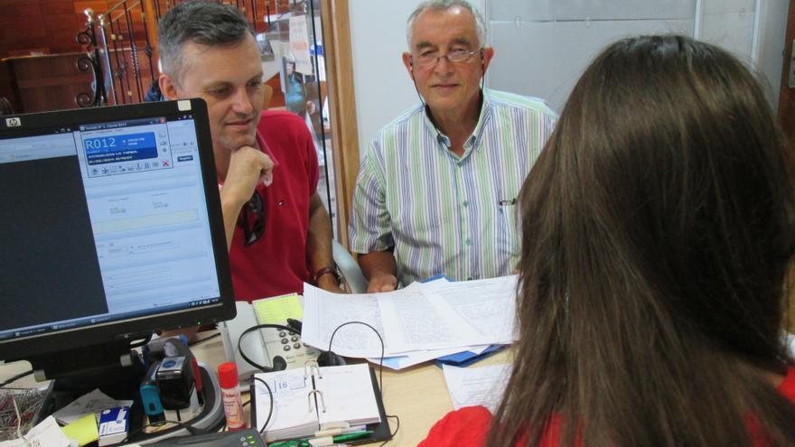 En la imagen, dos miembros del STEC en el momento de registrar las firmas en el Cabildo, este viernes.