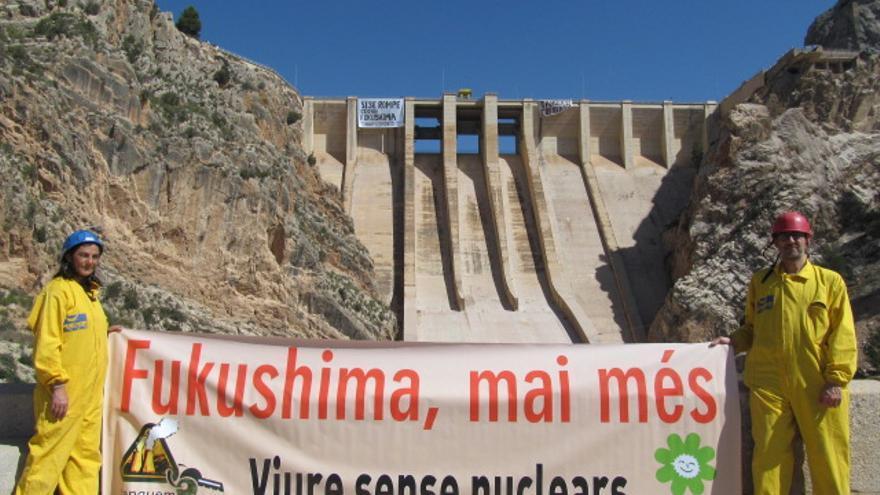 Activistas de Marfull-Acció Ecologista-Agró durante la protesta en Contreras contra la nuclear de Cofrentes.
