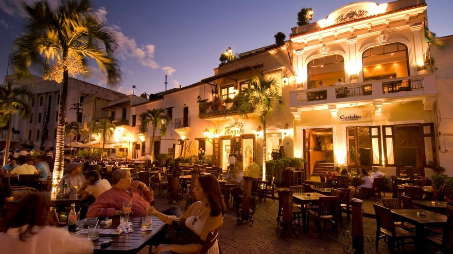 Ambiente nocturno en la Plaza de Colón de Santo Domingo. TURISMO REP. DOM.